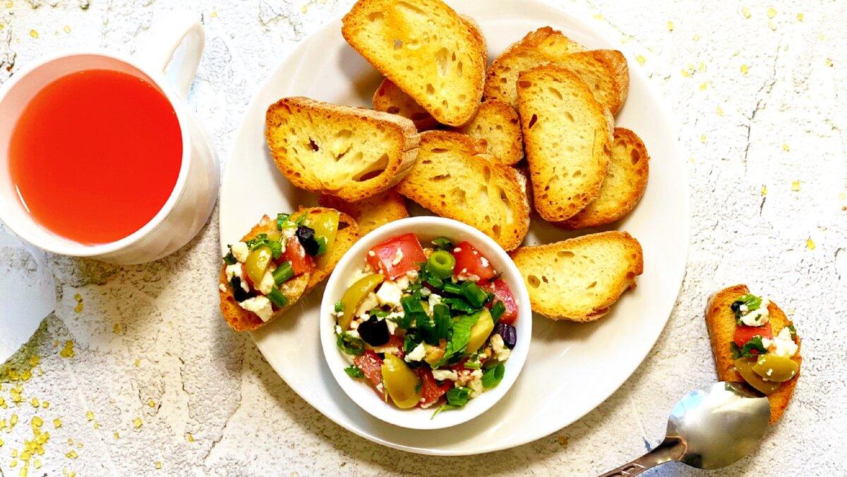 Сальса на свежих хрустящих тостах для полезного завтрака