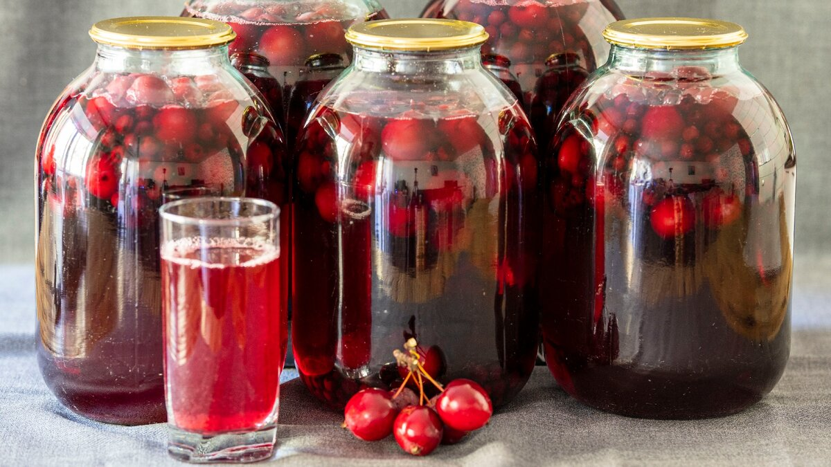 Полезный, душистый, отлично утоляющий жажду – компот из сочных ранеток и насыщенной черноплодки на холодную зиму!