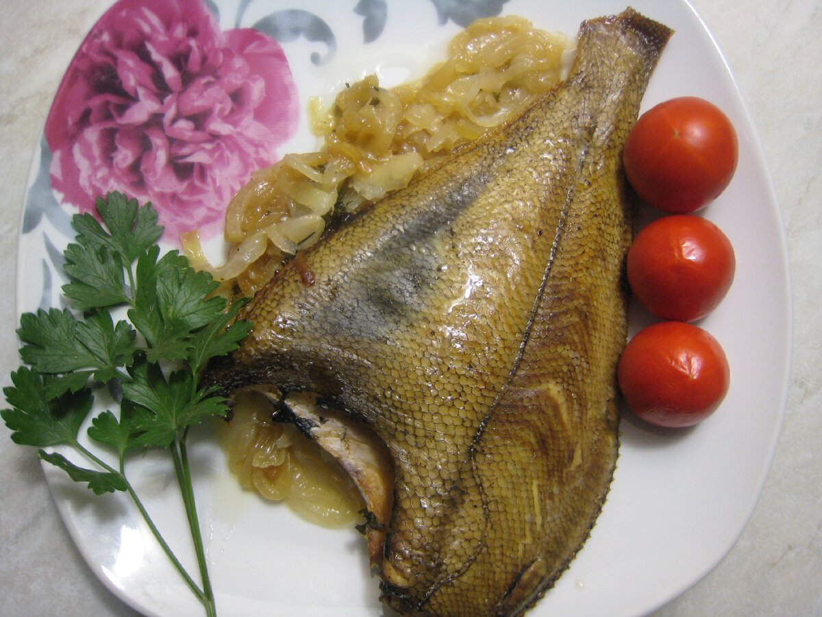 Запечённая целиком рыба на луковой подушке. Несложное приготовление - неизменно отличный результат. Пошаговый рецепт с фото.