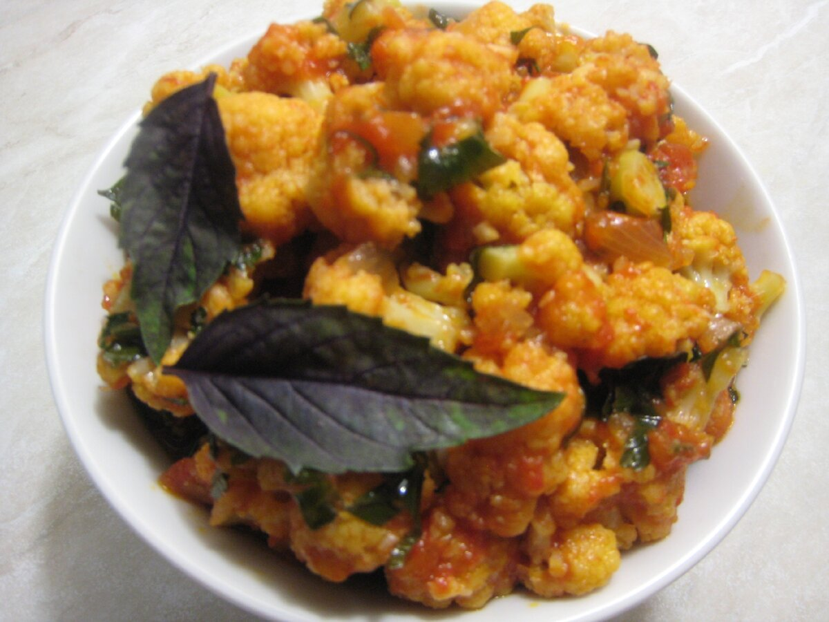 Цветная капуста с помидорами и зеленью - красивое, полезное и вкусное блюдо за полчаса. Простой пошаговый рецепт с фото.